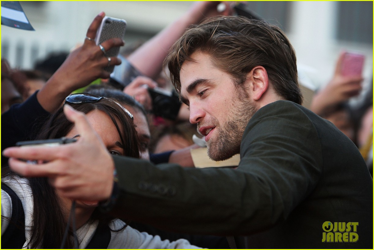 robert pattinson twilight saga breaking dawn part 2 fan event in sydney 102742520