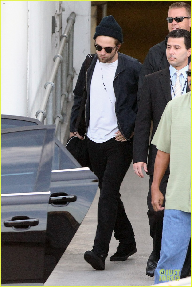 robert pattinson touches down in sydney 01