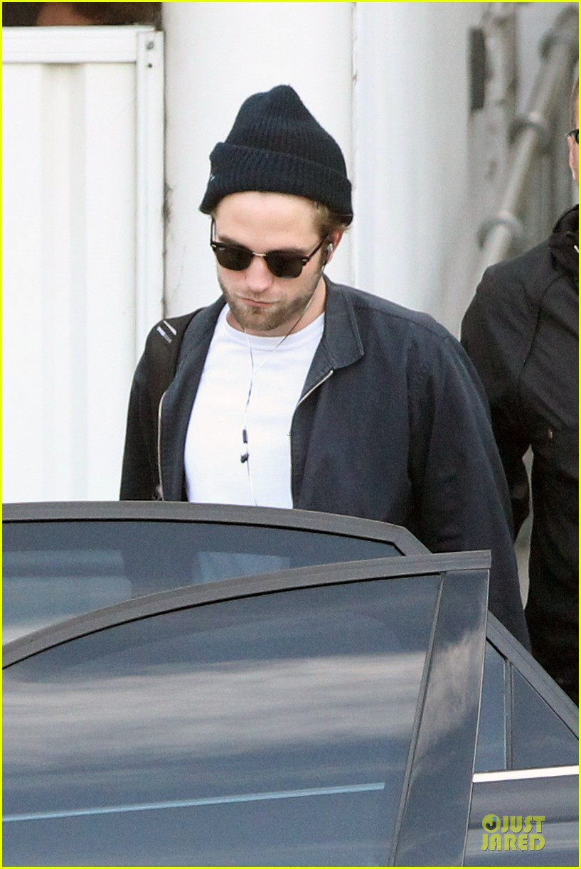 robert pattinson touches down in sydney 02