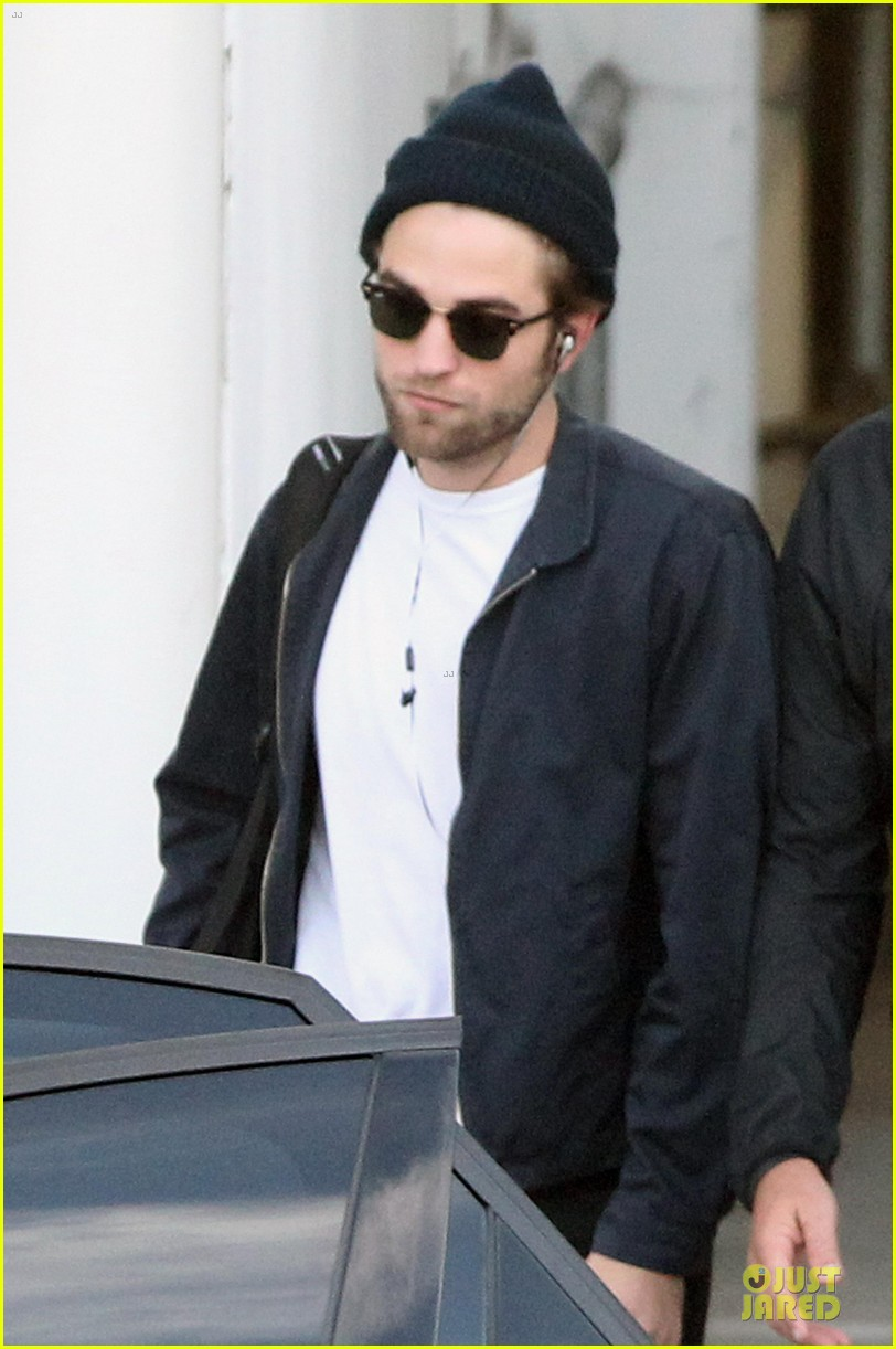robert pattinson touches down in sydney 08