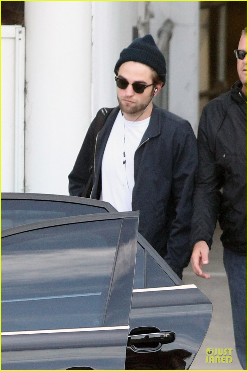 robert pattinson touches down in sydney 092742240