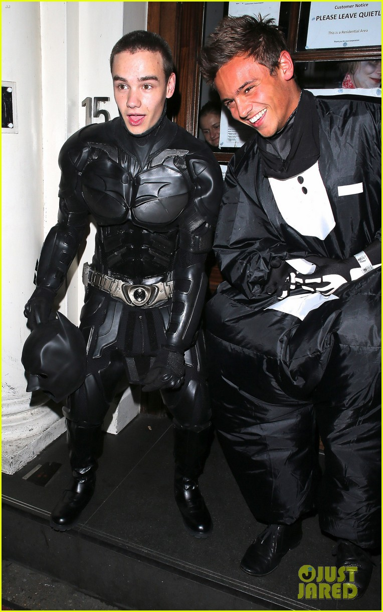 liam payne batman halloween costume with tom daley 01