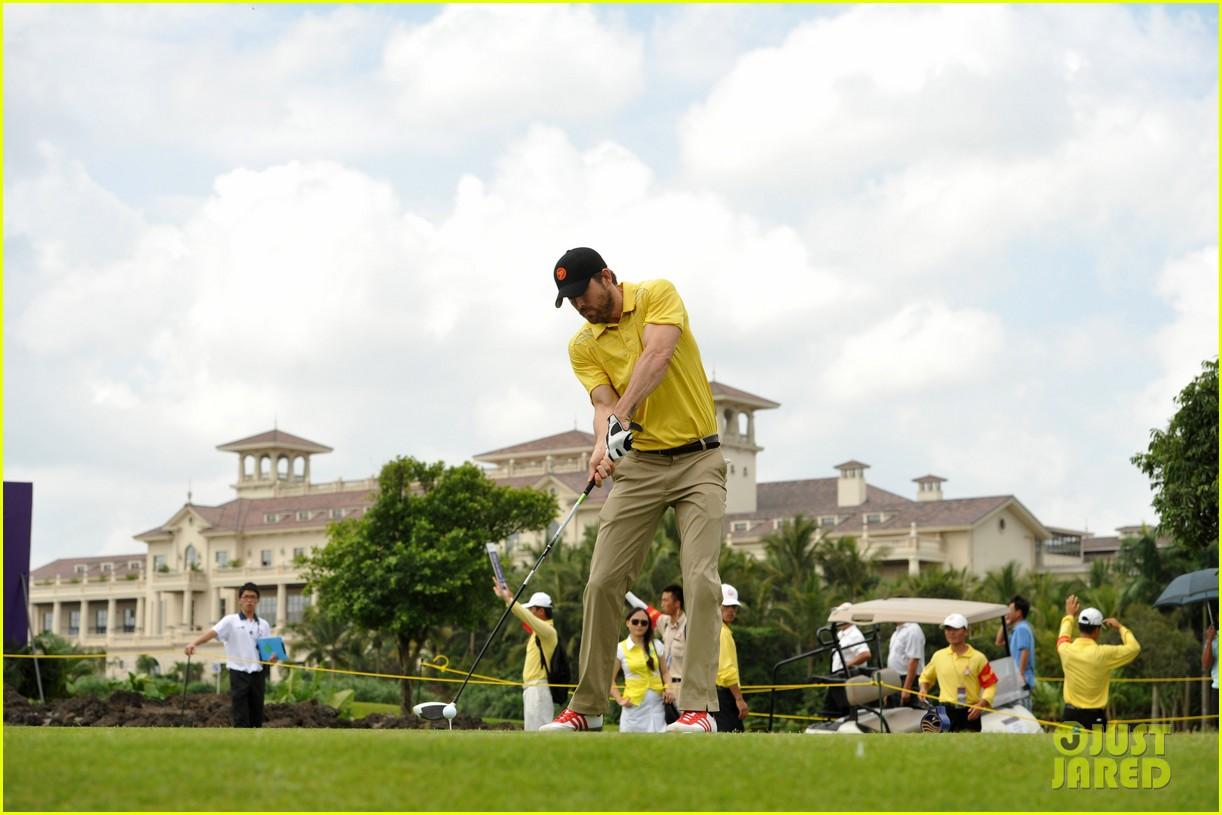 ryan reynolds minka kelly golf tournament china 01