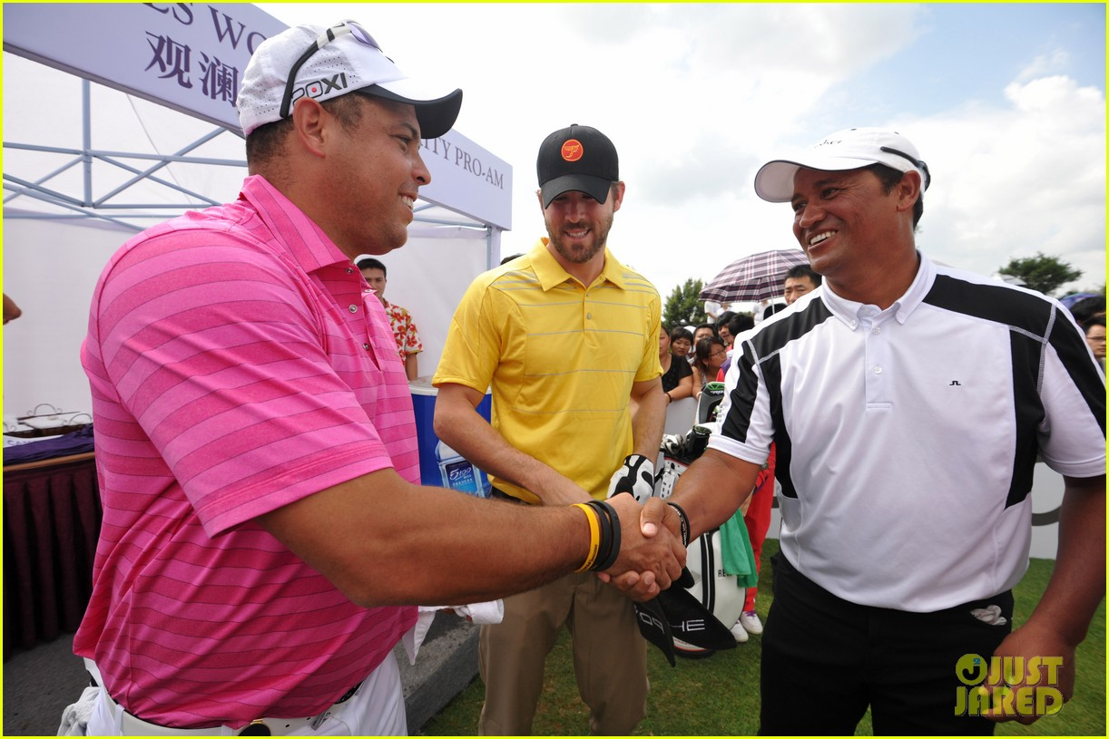 ryan reynolds minka kelly golf tournament china 102745178