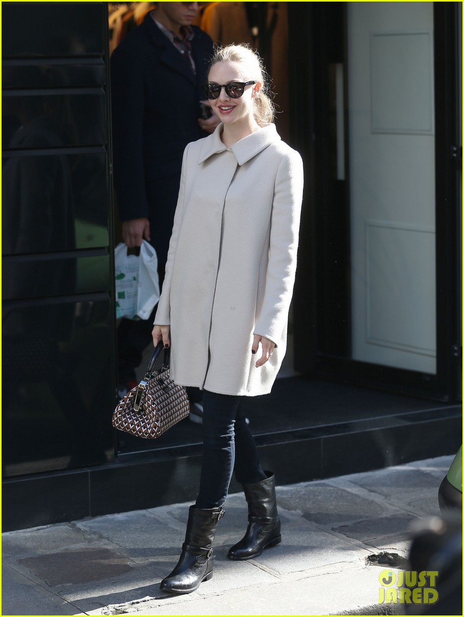 amanda seyfried parisian shopper 122733508