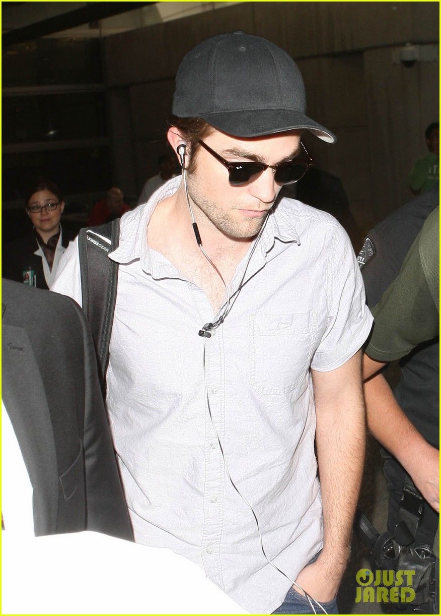 kristen stewart robert pattinson separate lax landings 11