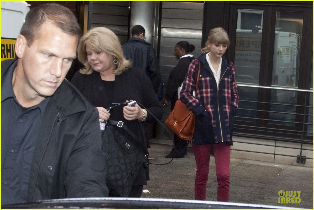 taylor swift xfactor spectator at wembley stadium 052733788