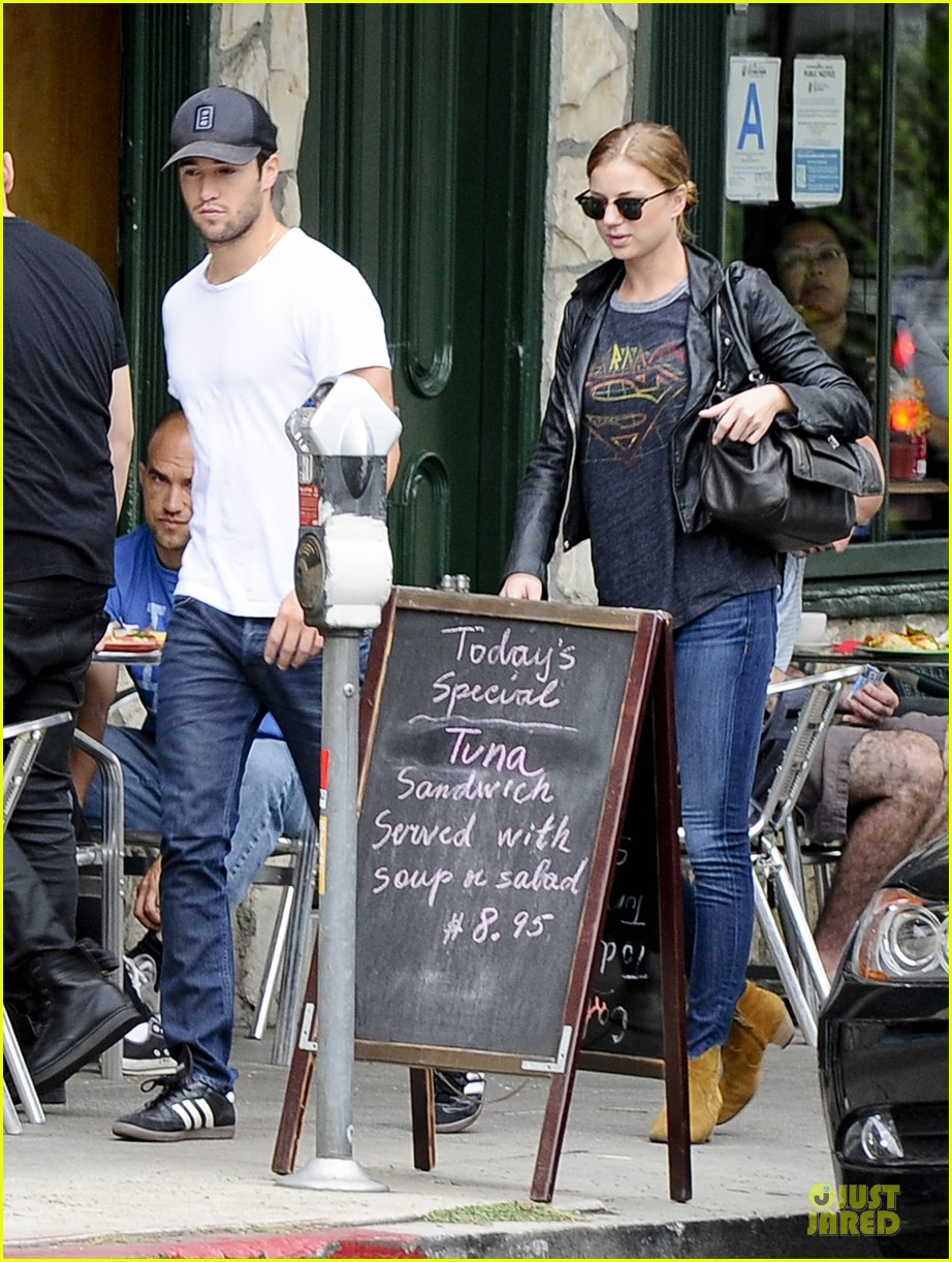 emily vancamp joshua bowman grocery shopping duo 032741682