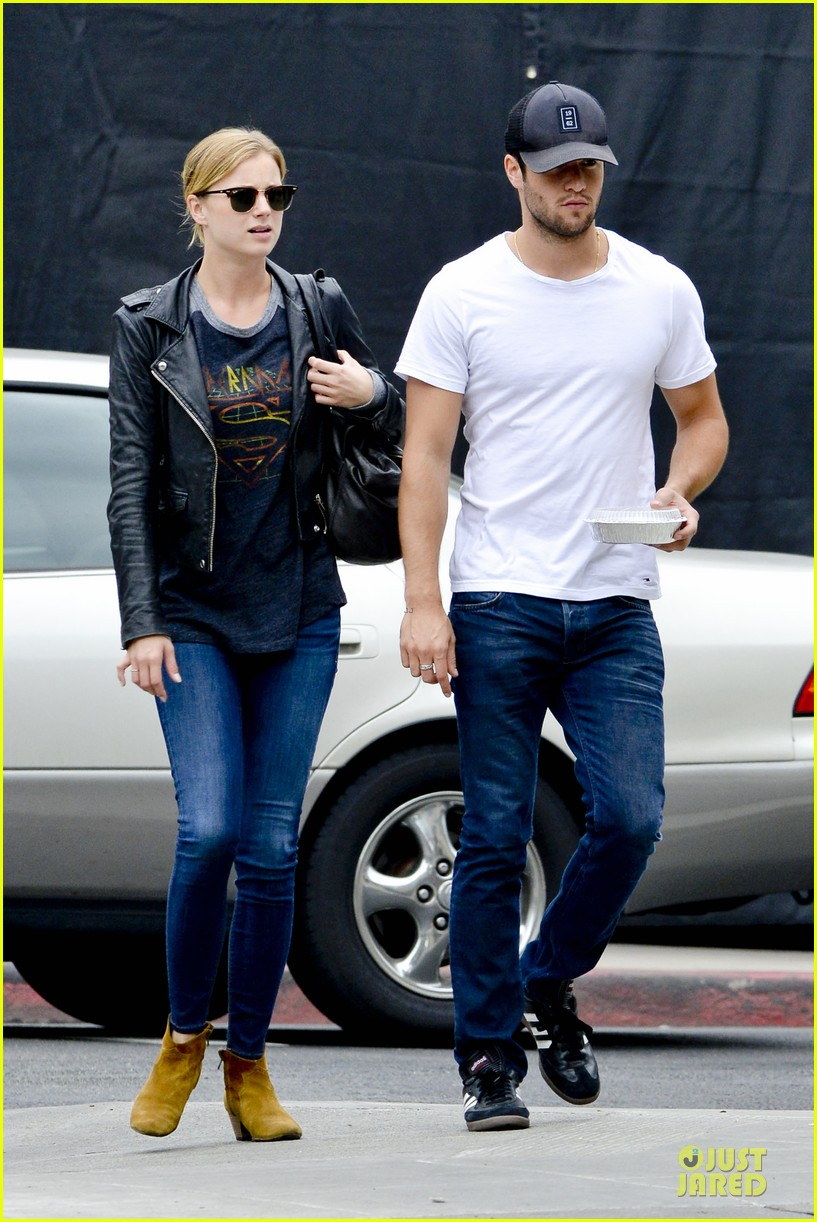emily vancamp joshua bowman grocery shopping duo 122741691