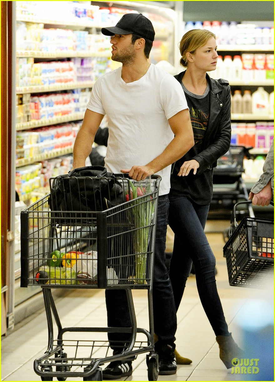 emily vancamp joshua bowman grocery shopping duo 132741692