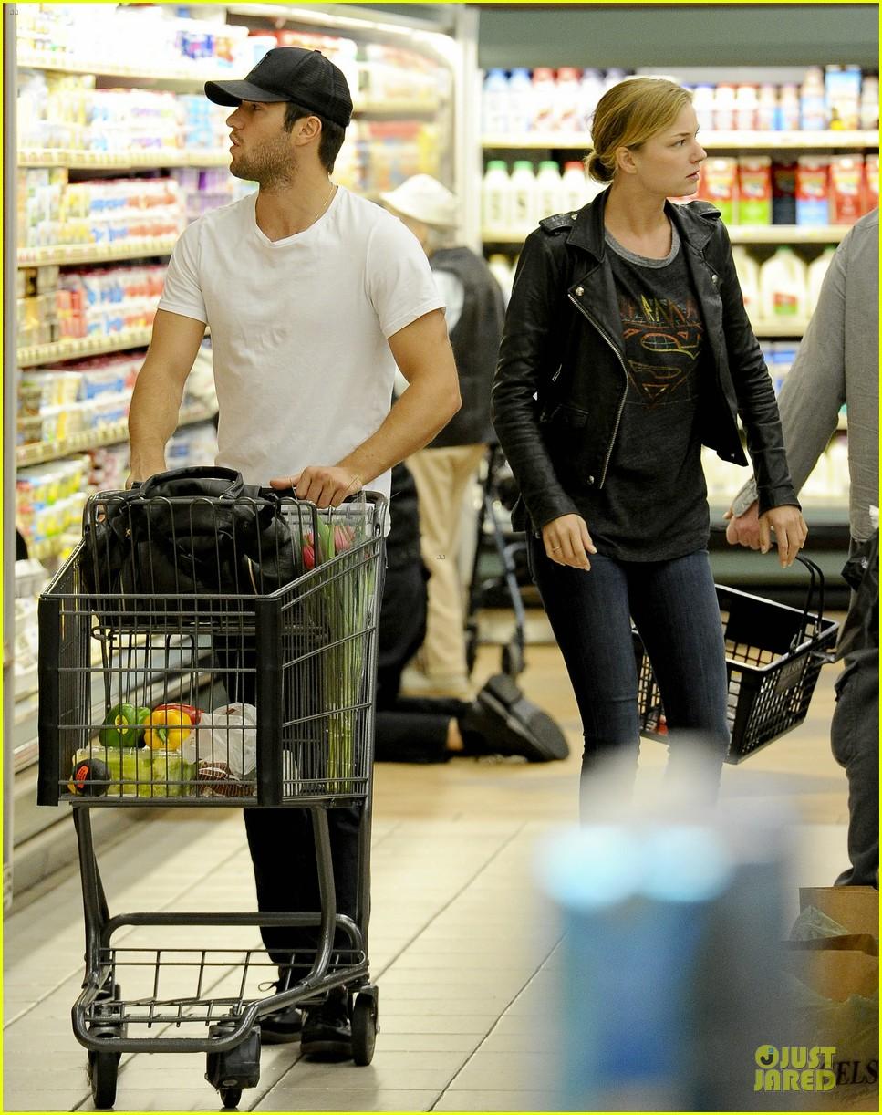 emily vancamp joshua bowman grocery shopping duo 162741695