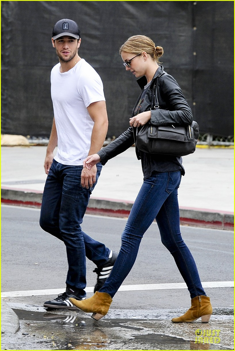 emily vancamp joshua bowman grocery shopping duo 172741696