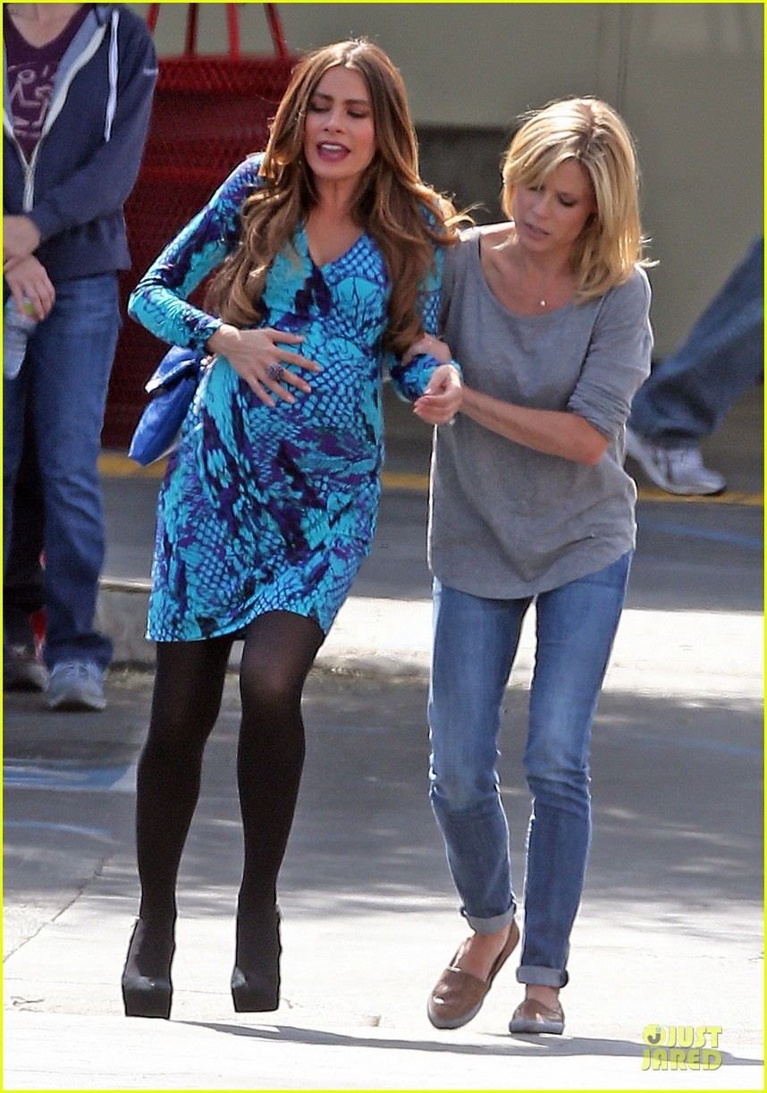 sofia vergara fake baby bump on modern family set 012735758