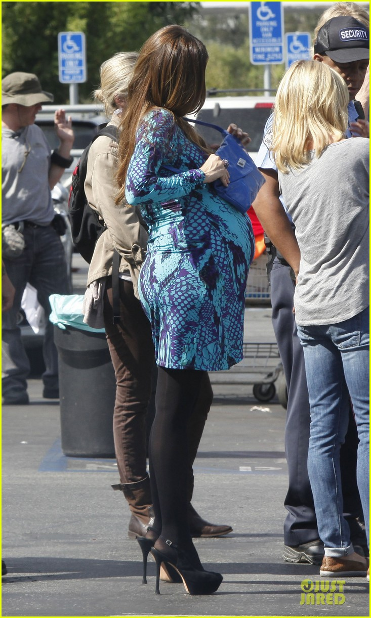 sofia vergara fake baby bump on modern family set 03