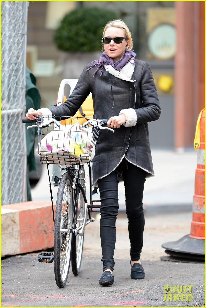 naomi watts bike ride in big apple 16
