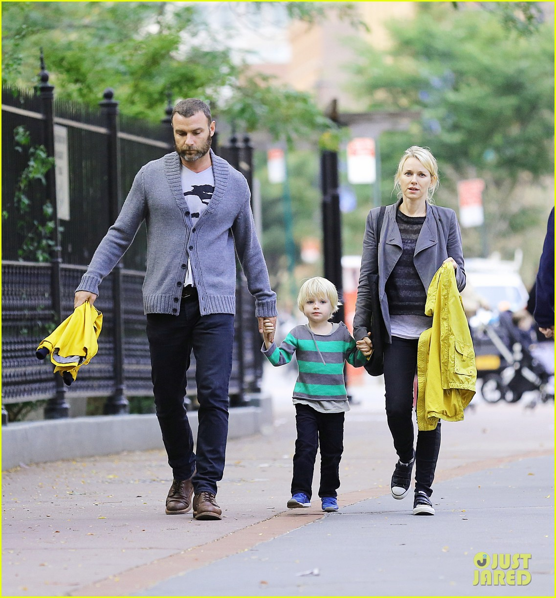 naomi watts sunday stroll family 042737949