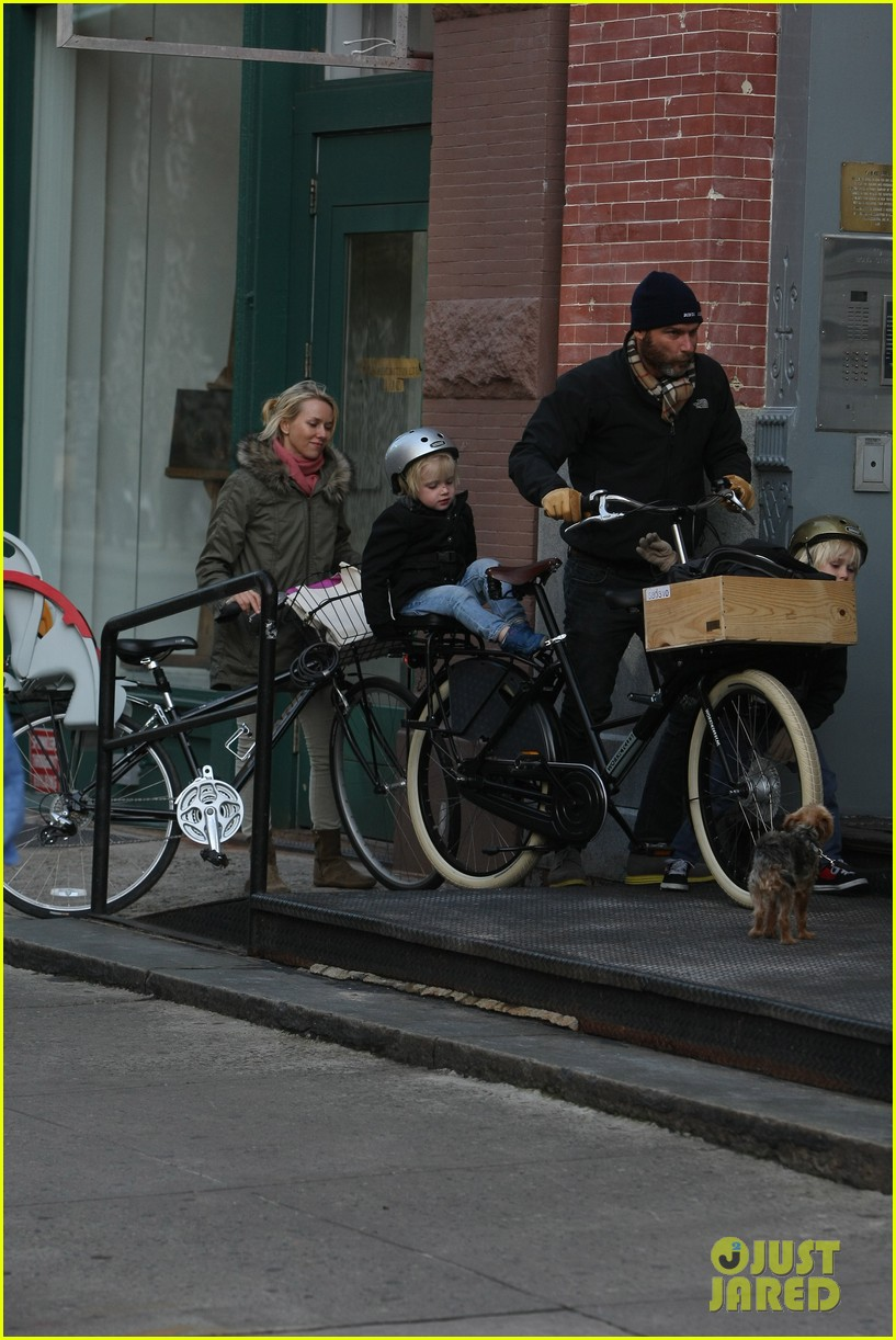 naomi watts sunday stroll family 192737964