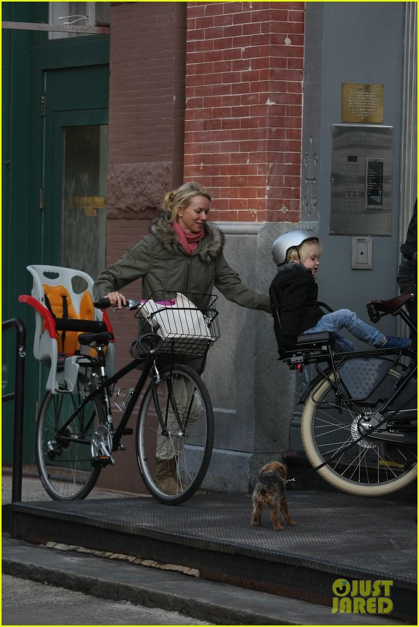 naomi watts sunday stroll family 232737968