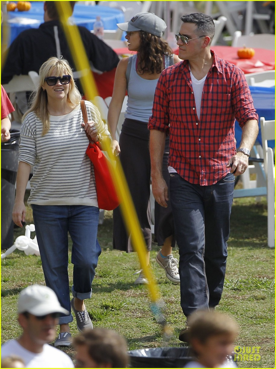 reese witherspoon jim toth carnival couple in brentwood 012742261