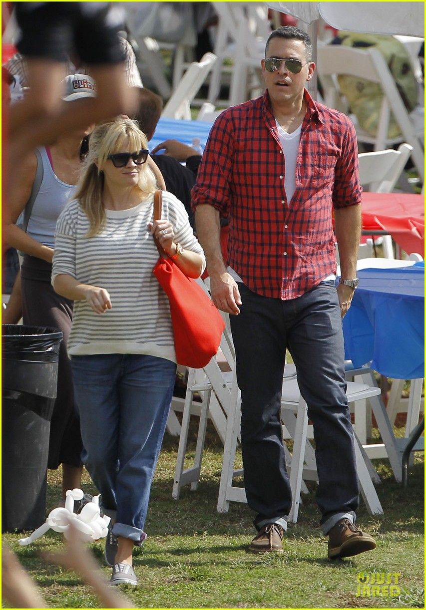 reese witherspoon jim toth carnival couple in brentwood 032742263
