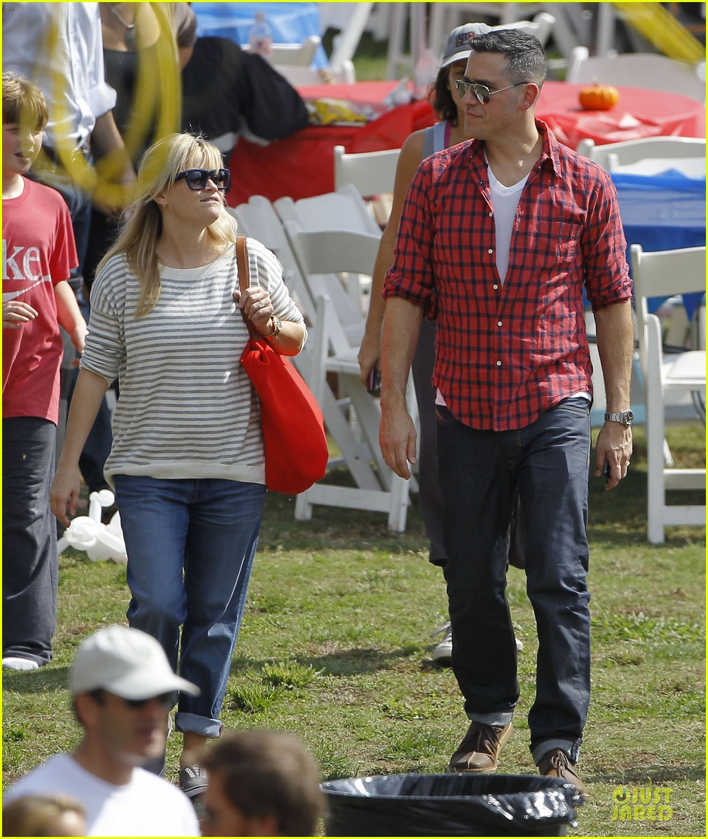reese witherspoon jim toth carnival couple in brentwood 15