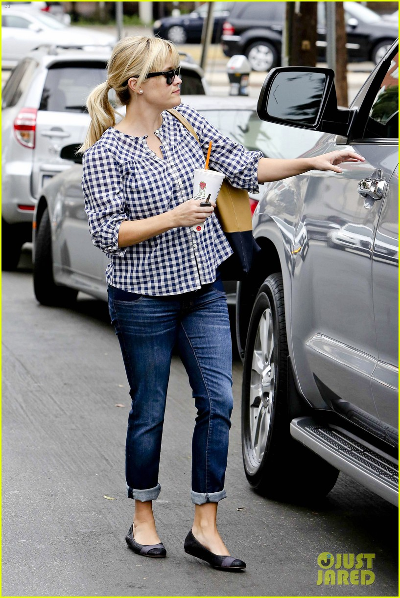 reese witherspoon juices up with deacon 022741202