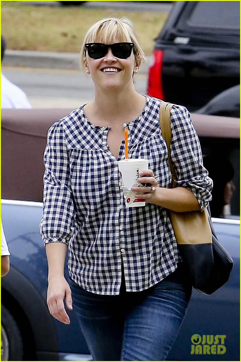 reese witherspoon juices up with deacon 032741203