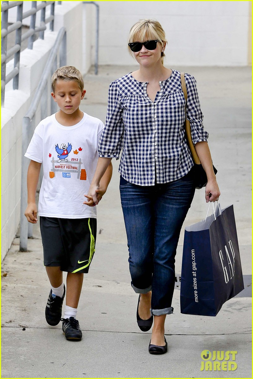 reese witherspoon juices up with deacon 112741211