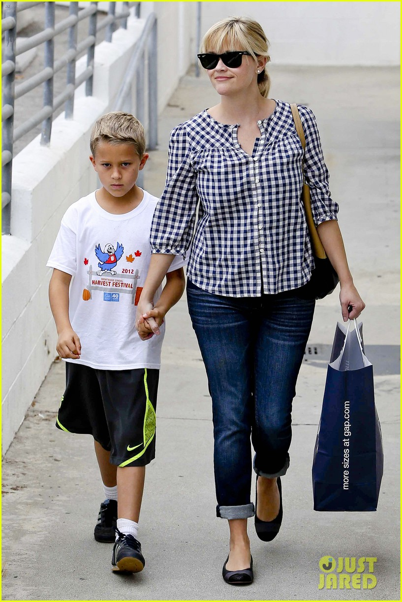 reese witherspoon juices up with deacon 142741214