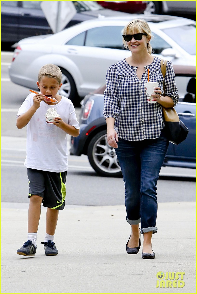 reese witherspoon juices up with deacon 152741215