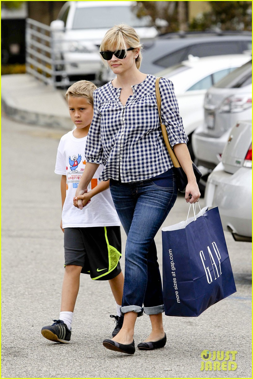 reese witherspoon juices up with deacon 162741216