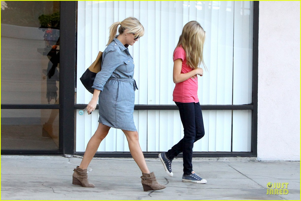 reese witherspoon pacific coast sports medicine stop with ava 07