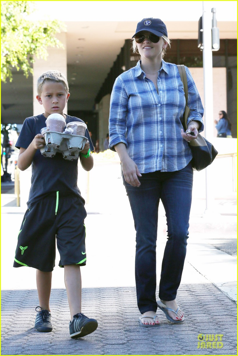 reese witherspoon soccer saturday with deacon 012746308