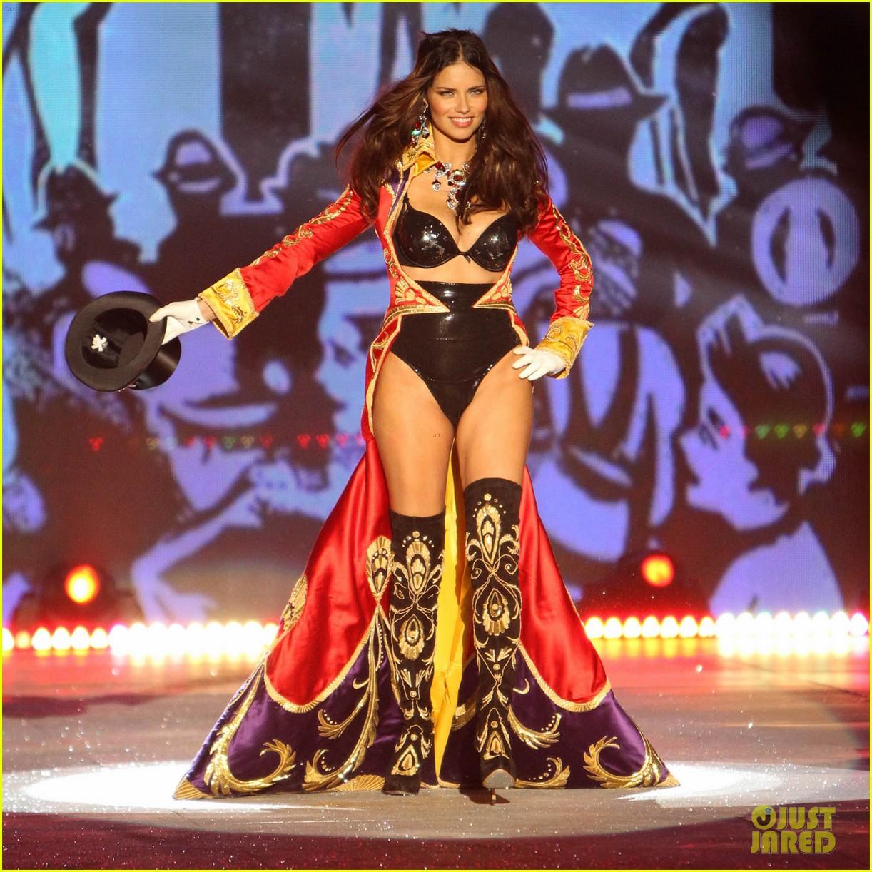 adriana lima alessandra ambrosio victorias secret fashion show 2012 012753051