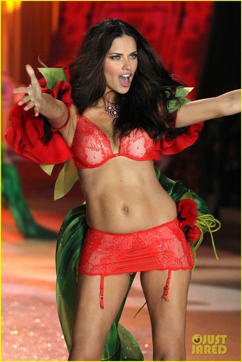 adriana lima alessandra ambrosio victorias secret fashion show 2012 02