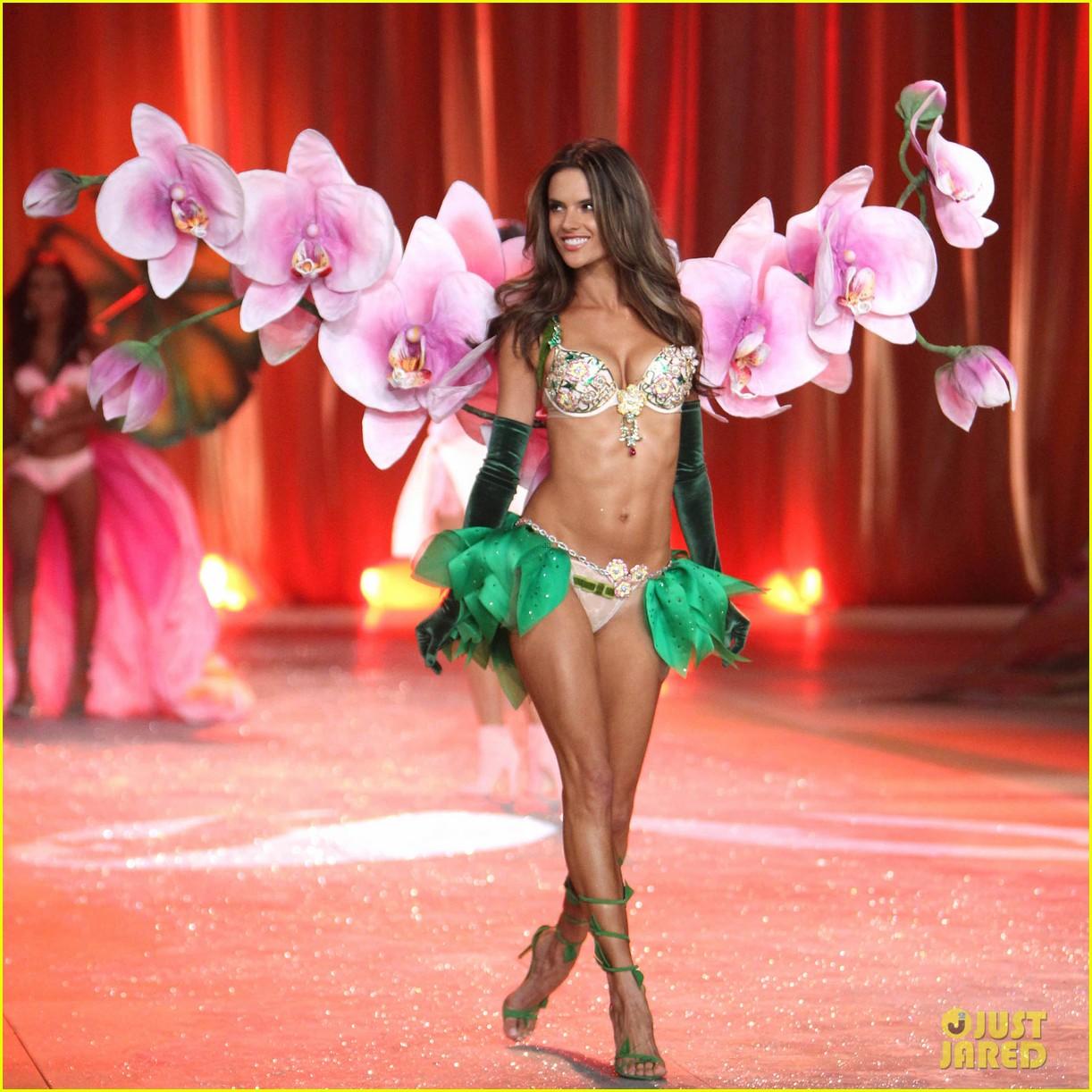 adriana lima alessandra ambrosio victorias secret fashion show 2012 052753055