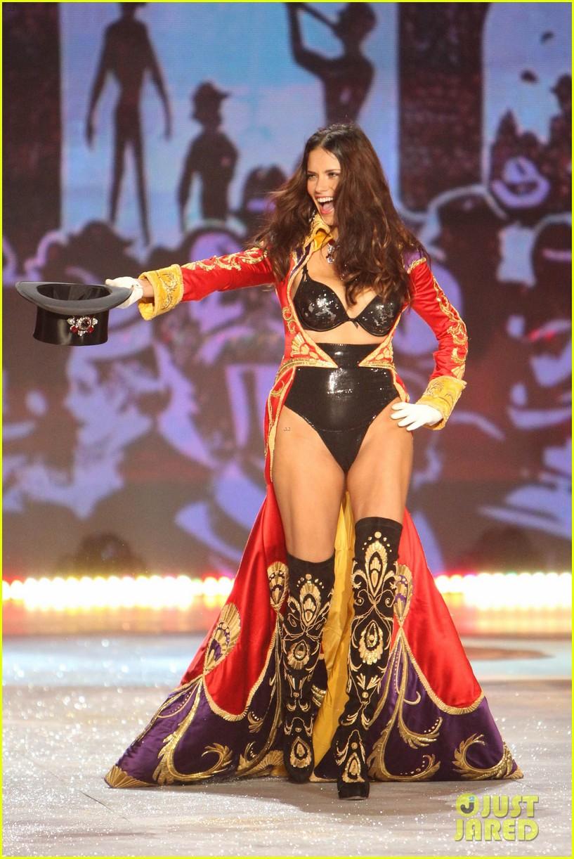 adriana lima alessandra ambrosio victorias secret fashion show 2012 062753056
