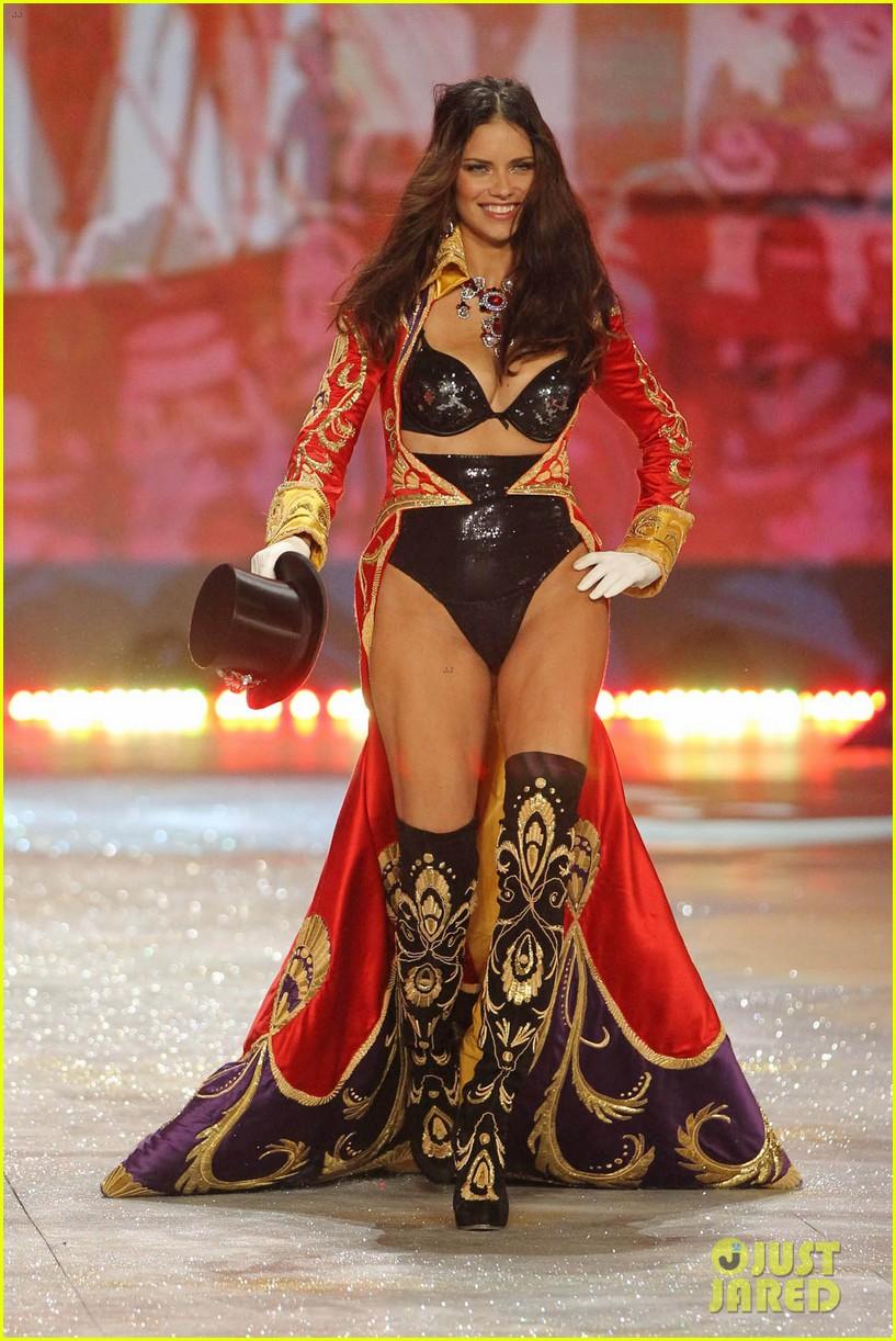 adriana lima alessandra ambrosio victorias secret fashion show 2012 15