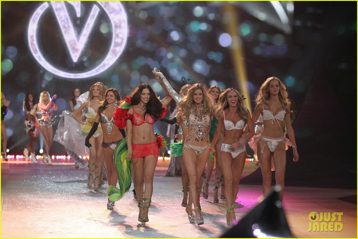 adriana lima alessandra ambrosio victorias secret fashion show 2012 212753071