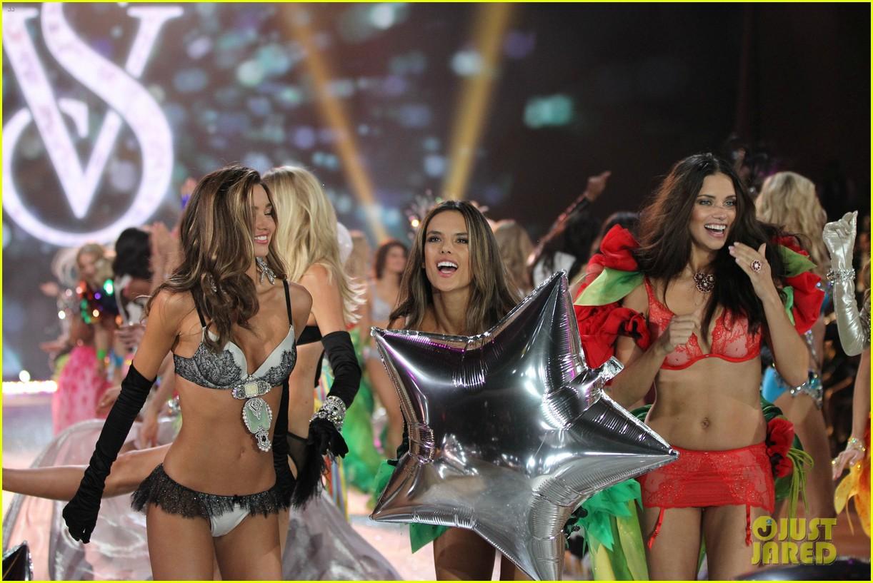 adriana lima alessandra ambrosio victorias secret fashion show 2012 242753074