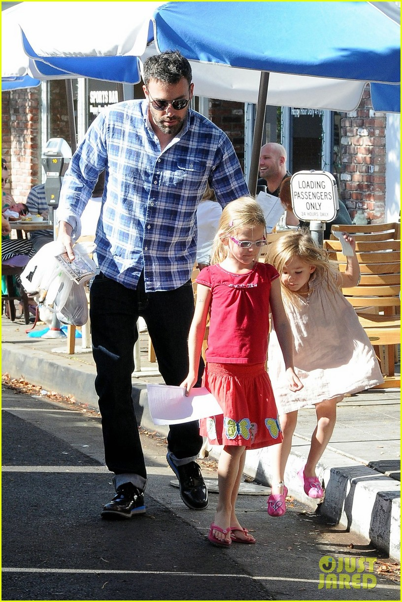 ben affleck farmers market with violet and seraphina 012751018