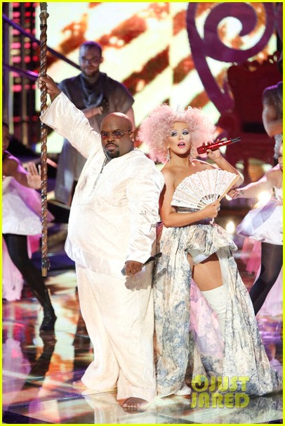 christina aguilera cee lo green make the world movie performance on the voice 01