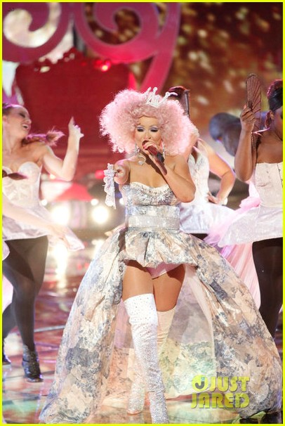 christina aguilera cee lo green make the world movie performance on the voice 05