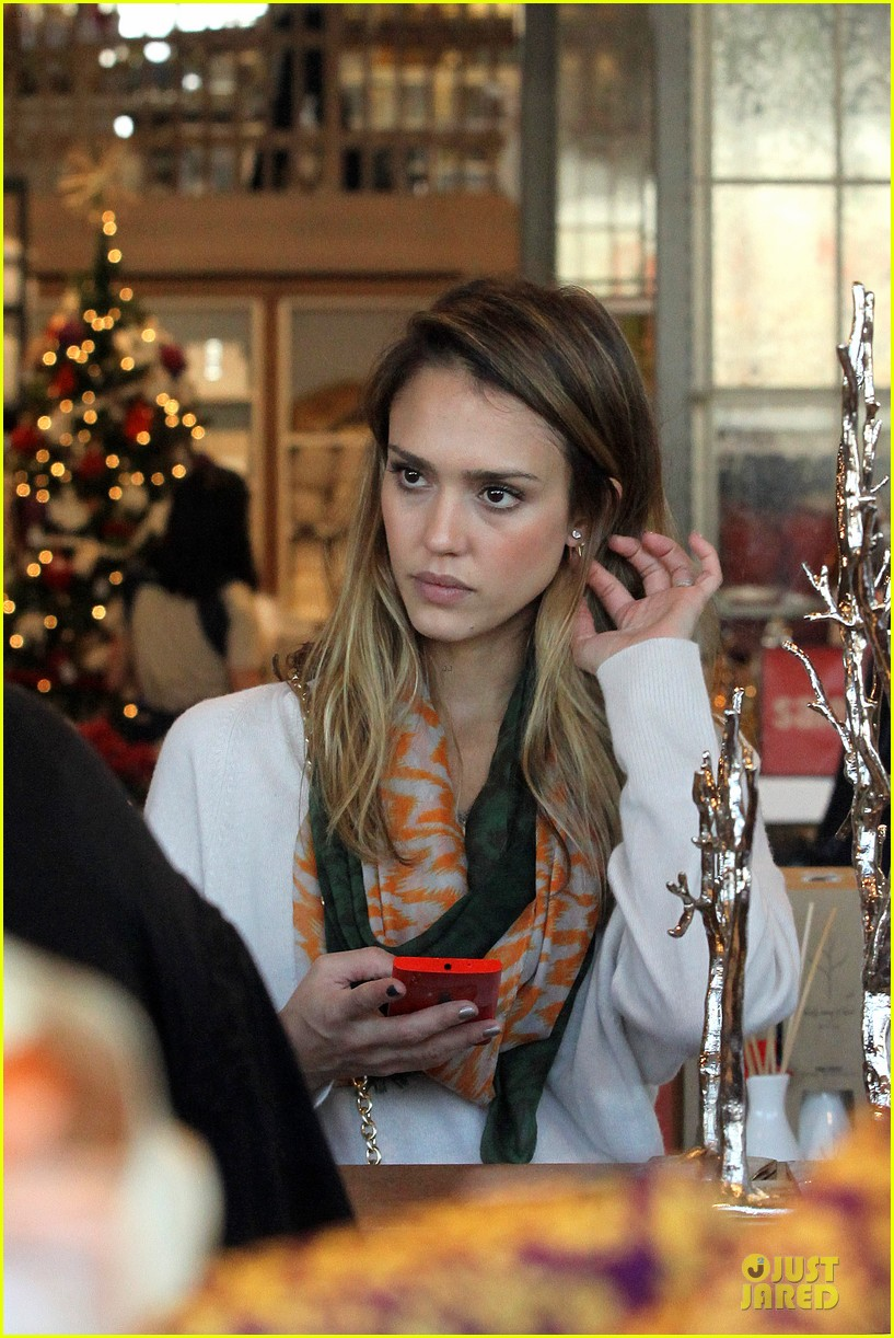 jessica alba holiday shopping with honor 02