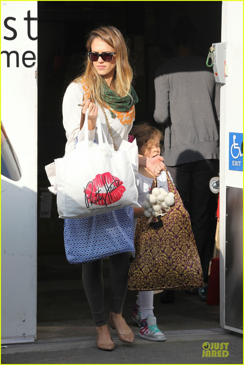 jessica alba holiday shopping with honor 142763776