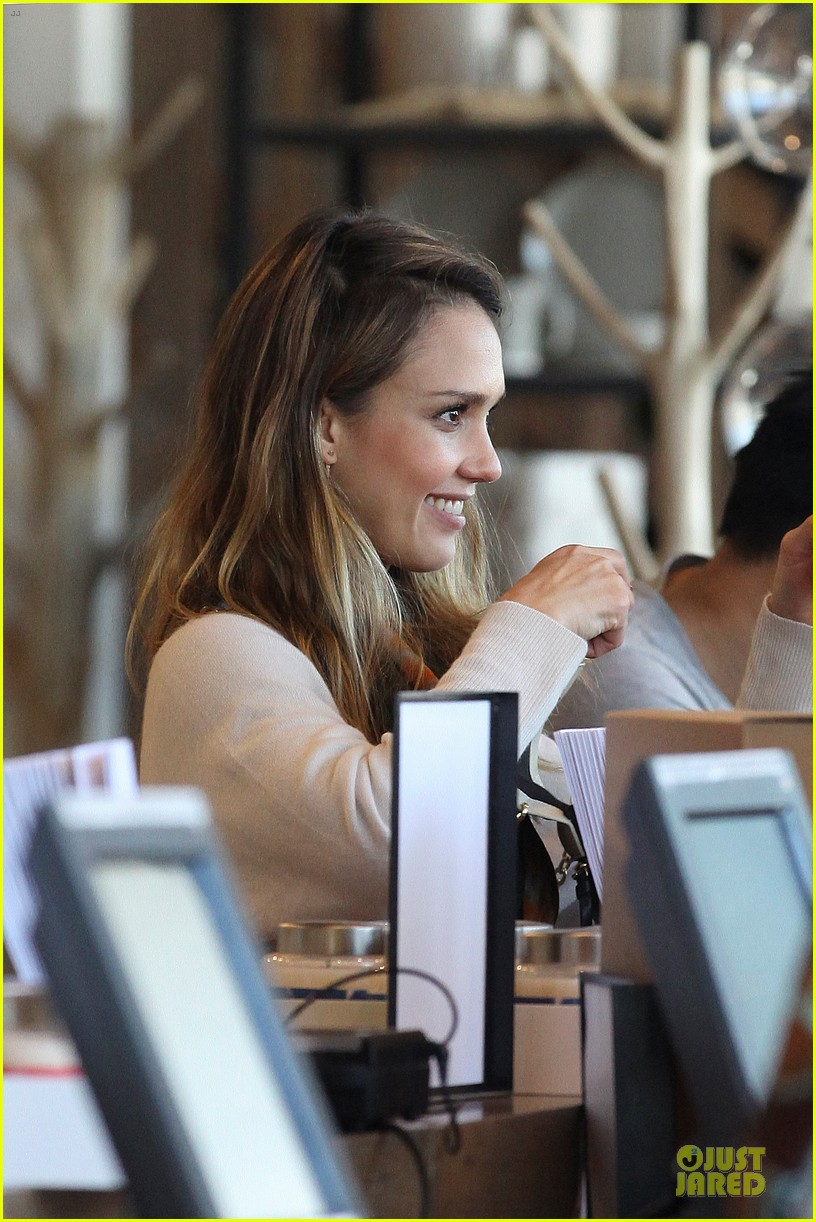 jessica alba holiday shopping with honor 162763778