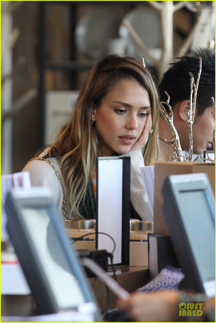 jessica alba holiday shopping with honor 192763781