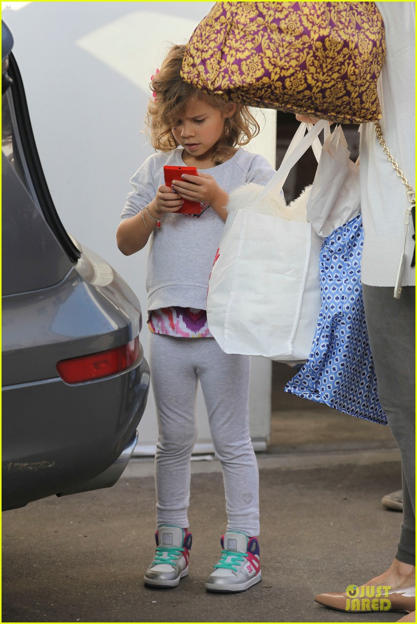 jessica alba holiday shopping with honor 27