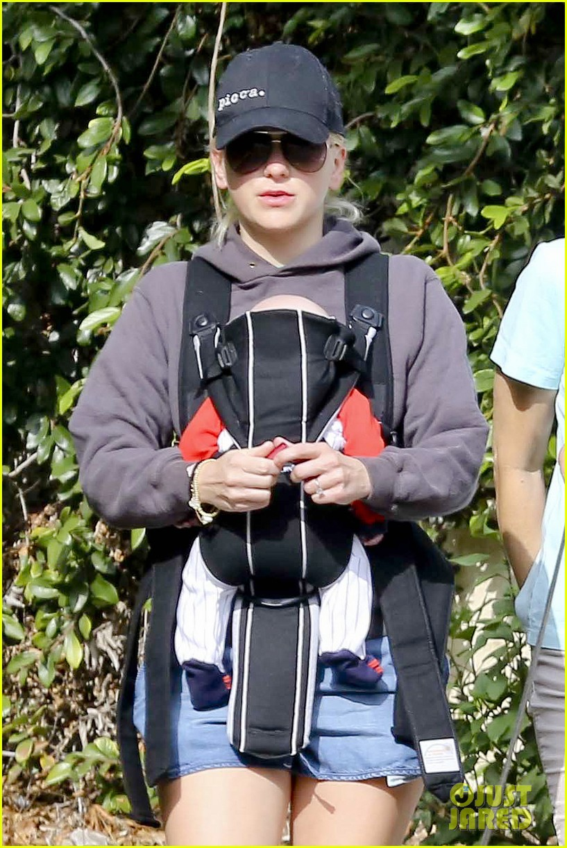 anna faris family walk with baby jack 182765630