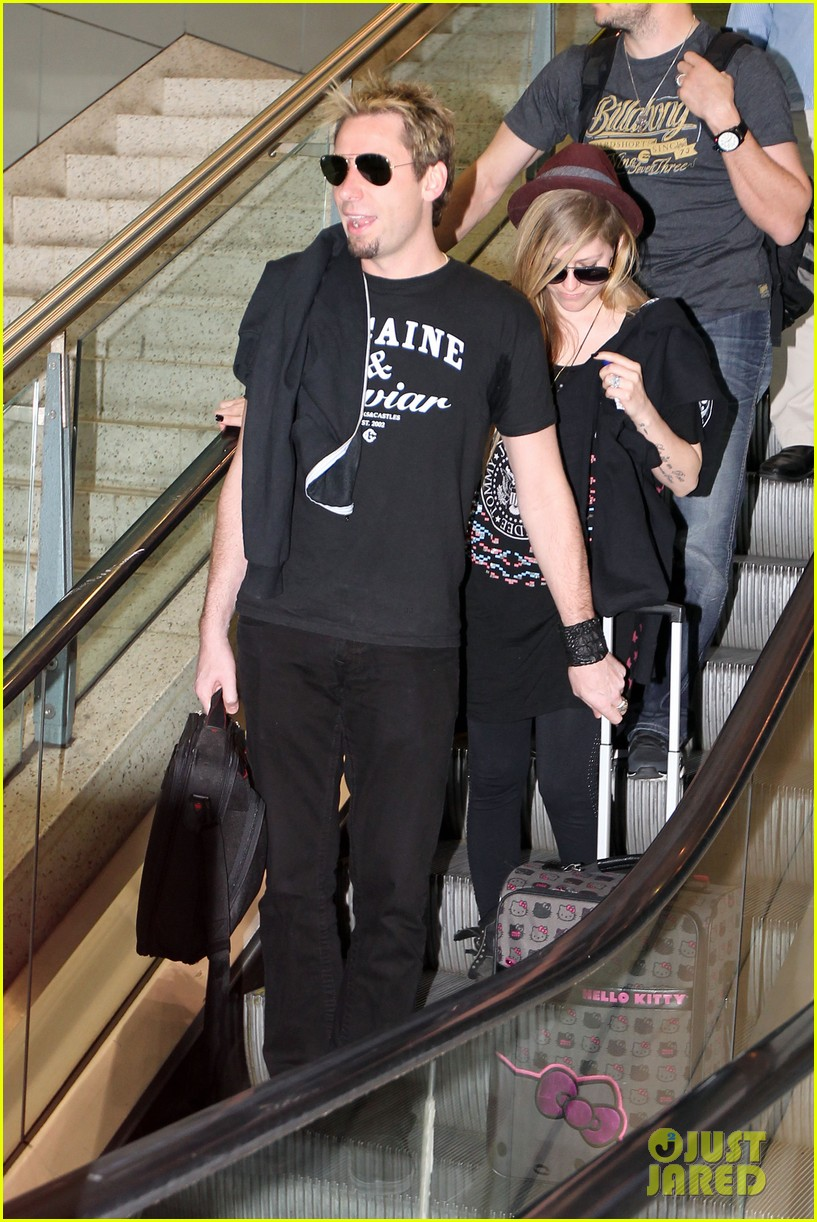 avril lavigne accompanies fiance chad kroeger on tour 01